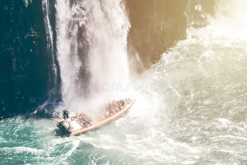 Βάρκα κάτω από έναν καταρράκτη στοκ φωτογραφίες με δικαίωμα ελεύθερης χρήσης
