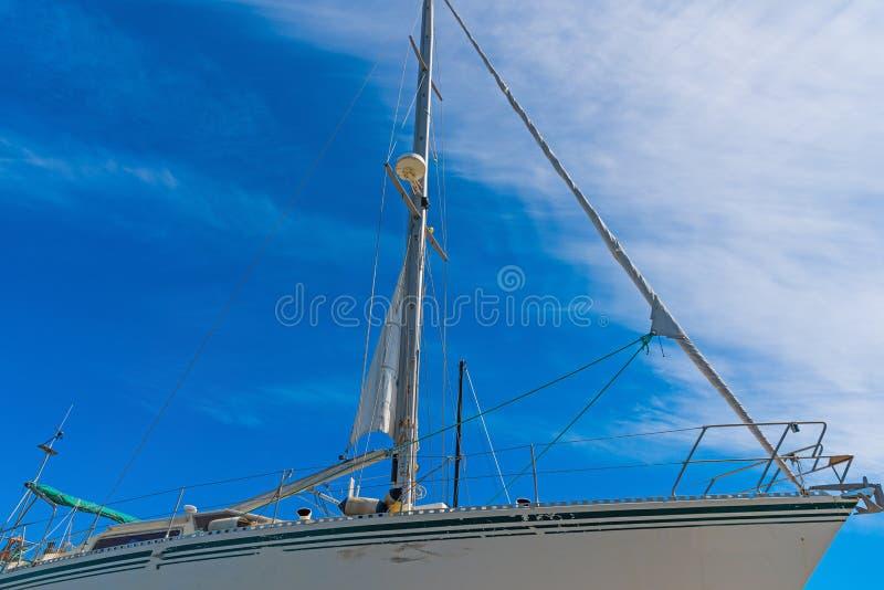 Βάρκα κάτω από έναν νεφελώδη ουρανό στοκ εικόνα με δικαίωμα ελεύθερης χρήσης