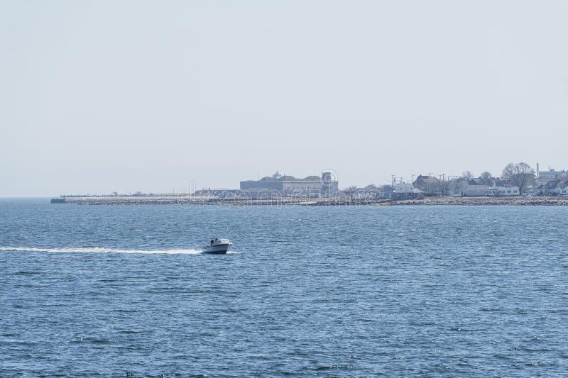 Βάρκα κέντρο-κονσολών που ξαφρίζει εμπρός στον ποταμό Acushnet στοκ εικόνες