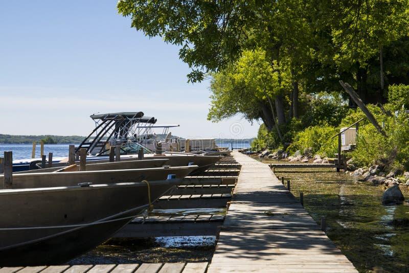 Βάρκα και αποβάθρα στη λίμνη στοκ εικόνες