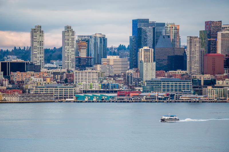 Βάρκα και αστικός ορίζοντας 6 στοκ εικόνες