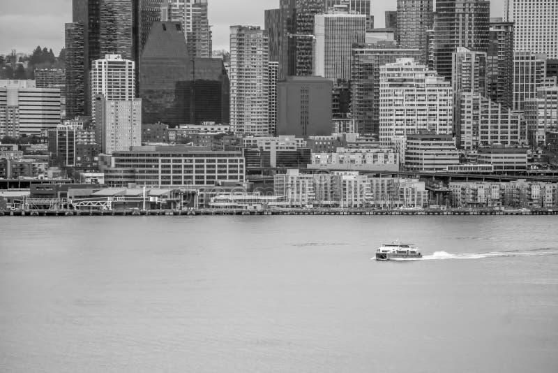 Βάρκα και αστικός ορίζοντας 2 στοκ εικόνες με δικαίωμα ελεύθερης χρήσης