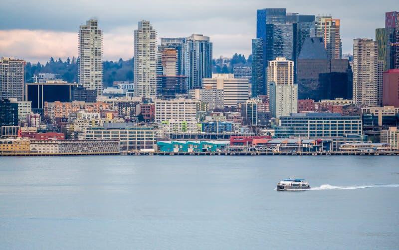 Βάρκα και αστικός ορίζοντας 7 στοκ εικόνες