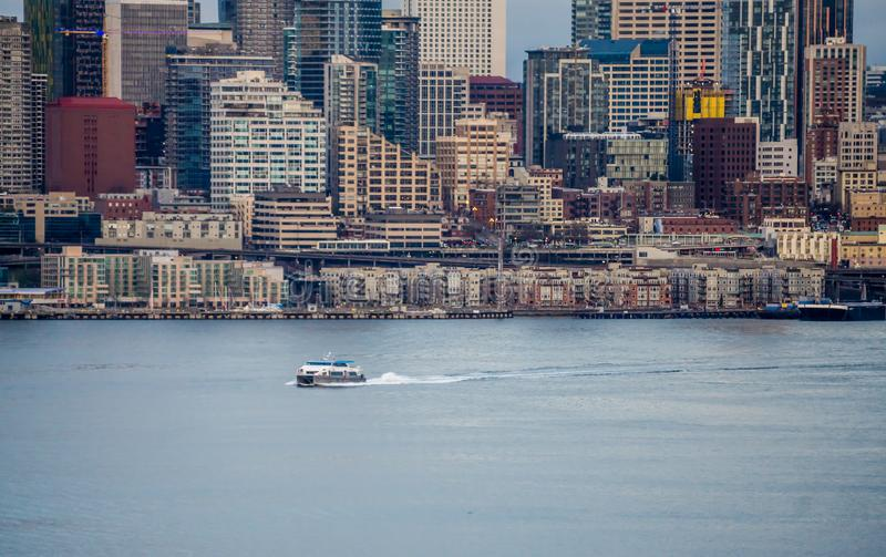 Βάρκα και αστικός ορίζοντας στοκ φωτογραφίες