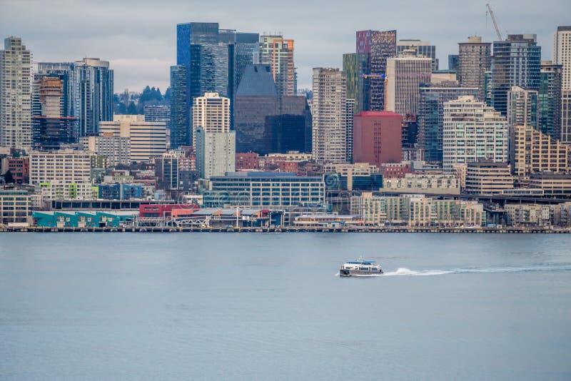 Βάρκα και αστικός ορίζοντας 4 στοκ φωτογραφίες με δικαίωμα ελεύθερης χρήσης