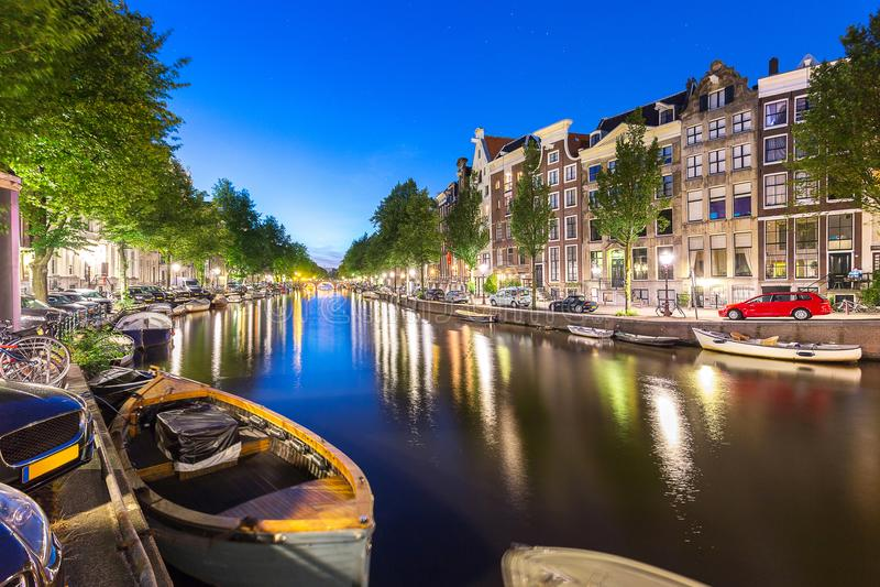 Βάρκα και διαμέρισμα, σπίτι, κατά μήκος του καναλιού του Άμστερνταμ με το αστέρι στο BL στοκ φωτογραφίες με δικαίωμα ελεύθερης χρήσης