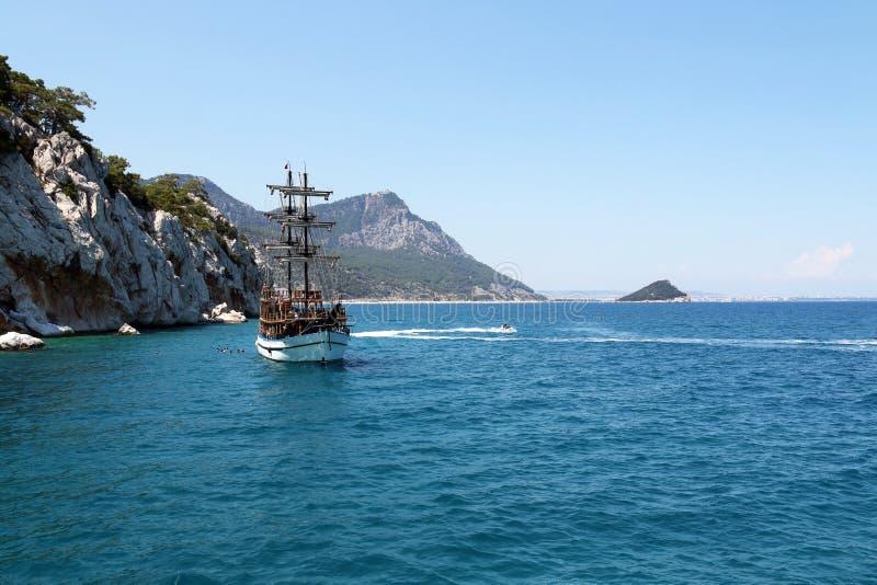 Βάρκα και μηχανικό δίκυκλο τουριστών στην τουρκική ακτή στοκ εικόνα