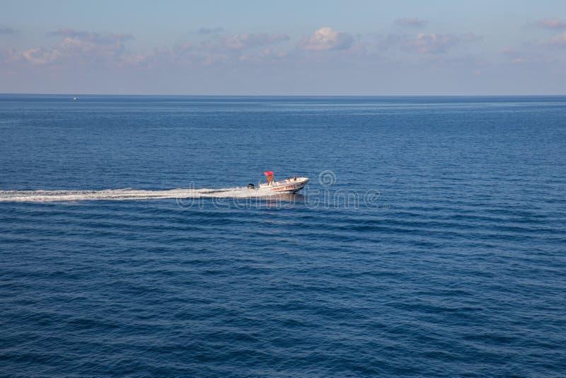 Βάρκα και νερό, αστική άποψη Νερό και νησί Φωτογραφία 2018 ταξιδιού στοκ εικόνες