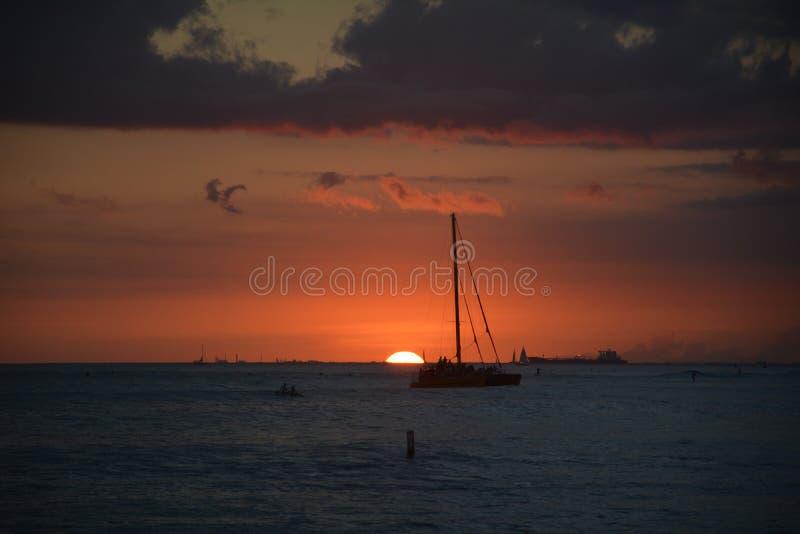 Βάρκα και το ηλιοβασίλεμα στοκ φωτογραφία