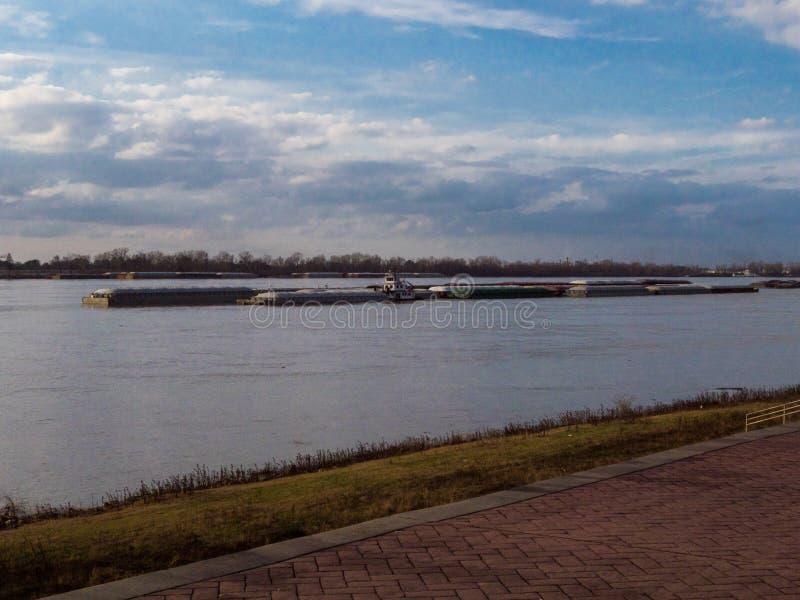 Βάρκα και φορτηγίδες ρυμουλκών στο ποτάμι Μισισιπή στοκ φωτογραφία με δικαίωμα ελεύθερης χρήσης