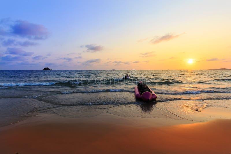 Βάρκα και tugboat μπανανών στο ηλιοβασίλεμα στοκ φωτογραφία