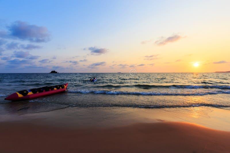 Βάρκα και tugboat μπανανών στο ηλιοβασίλεμα στοκ εικόνα με δικαίωμα ελεύθερης χρήσης