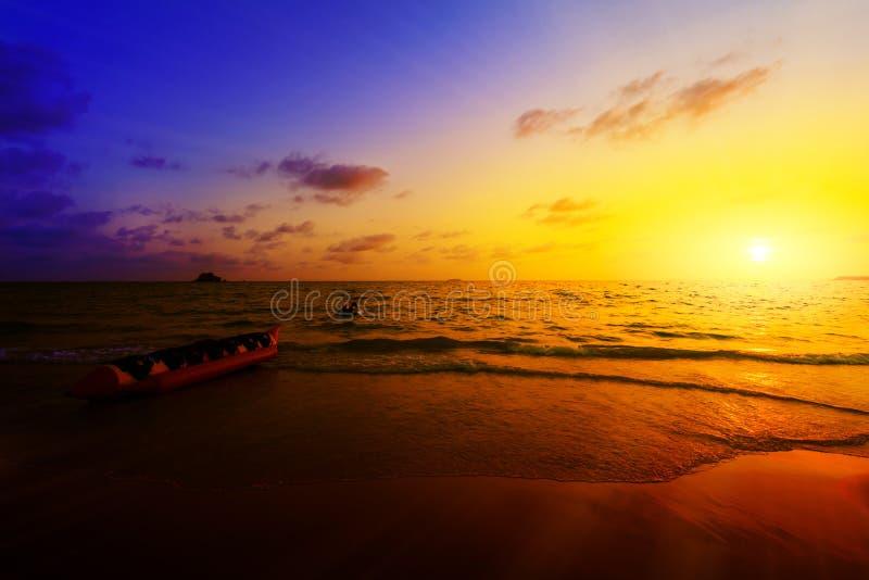 Βάρκα και tugboat μπανανών στο ηλιοβασίλεμα στοκ εικόνες