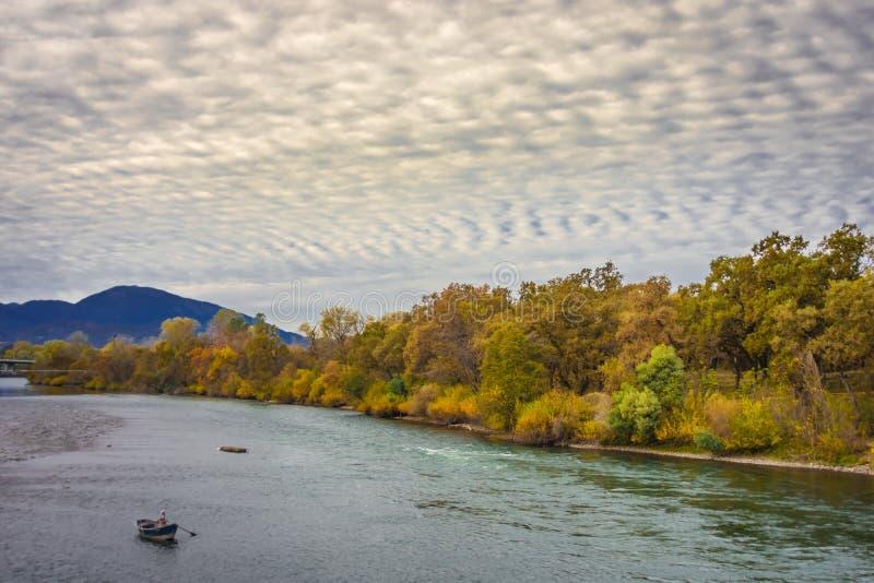 Βάρκα κλίσης στον ποταμό του Σακραμέντο στοκ εικόνες