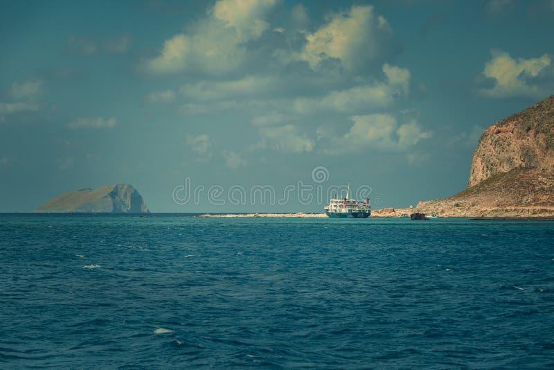 βάρκα κοντά στην ακτή στοκ εικόνες