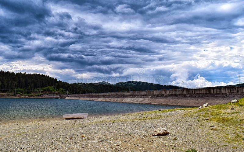 Βάρκα κοντά στη λίμνη Bolboci στοκ εικόνες