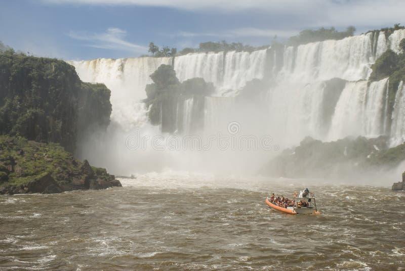 Βάρκα κοντά στις πτώσεις Iguassu στοκ εικόνες