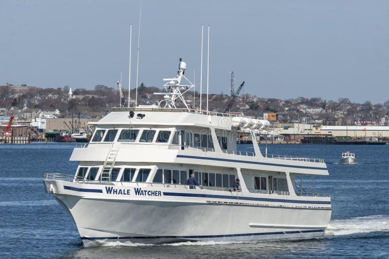 Βάρκα κρουαζιέρας παρατηρητών φαλαινών που αφήνει Fairhaven με το Νιού Μπέντφορτ στο υπόβαθρο στοκ φωτογραφία με δικαίωμα ελεύθερης χρήσης