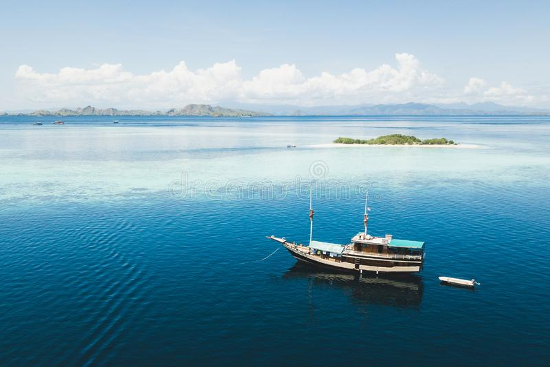 Βάρκα κρουαζιέρας πολυτέλειας που πλέει κοντά στην ατόλλη κοραλλιογενών υφάλων στοκ φωτογραφίες με δικαίωμα ελεύθερης χρήσης