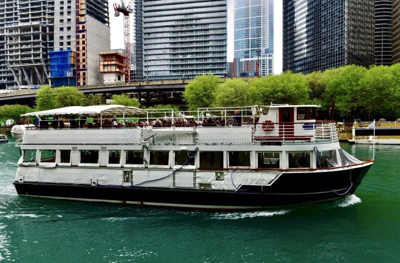 Βάρκα κρουαζιέρας ποταμών του Σικάγου στοκ φωτογραφίες