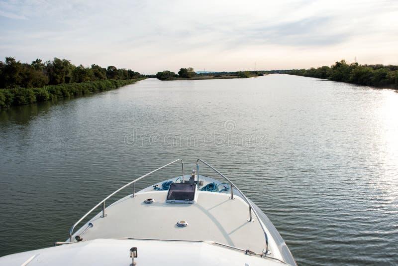 Βάρκα κρουαζιέρας που πλησιάζει ένα δίκρανο σε ένα κανάλι στοκ εικόνα με δικαίωμα ελεύθερης χρήσης