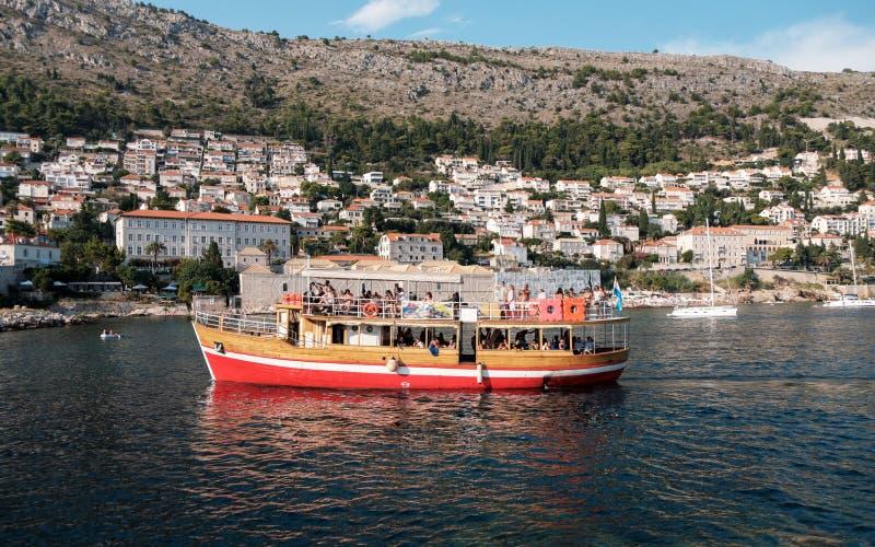 Βάρκα κρουαζιέρας σε Dubrovnik στοκ εικόνες
