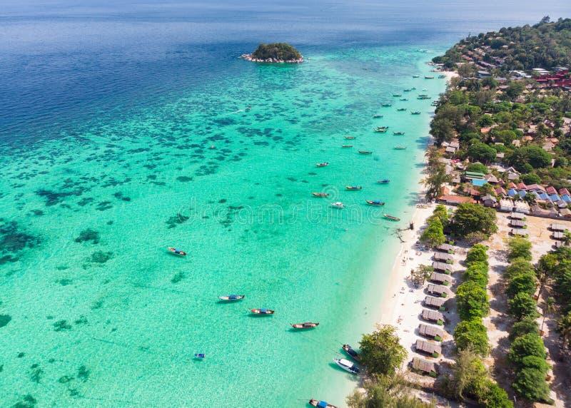 Βάρκα μακρύς-ουρών στη σμαραγδένια τροπική θάλασσα στο νησί Lipe στοκ φωτογραφίες με δικαίωμα ελεύθερης χρήσης