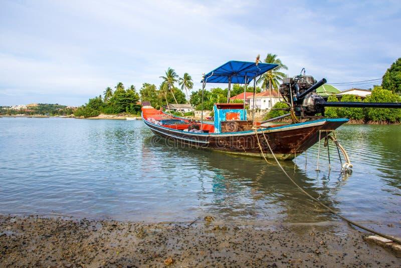 Βάρκα μακρύς-ουρών του τοπικού ταϊλανδικού ψαρά που σταθμεύουν στον κόλπο στοκ φωτογραφία με δικαίωμα ελεύθερης χρήσης