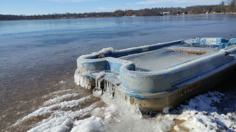 Βάρκα με κουπί γεμάτο πάγο στοκ εικόνα με δικαίωμα ελεύθερης χρήσης