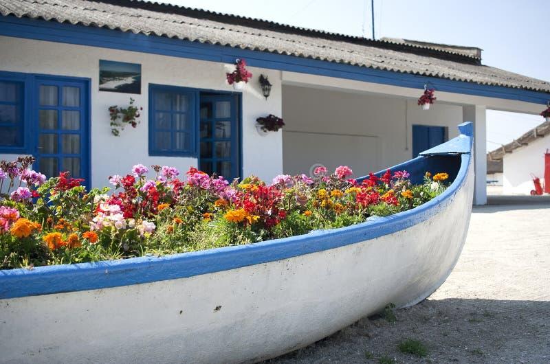 Βάρκα με τα λουλούδια στοκ φωτογραφία