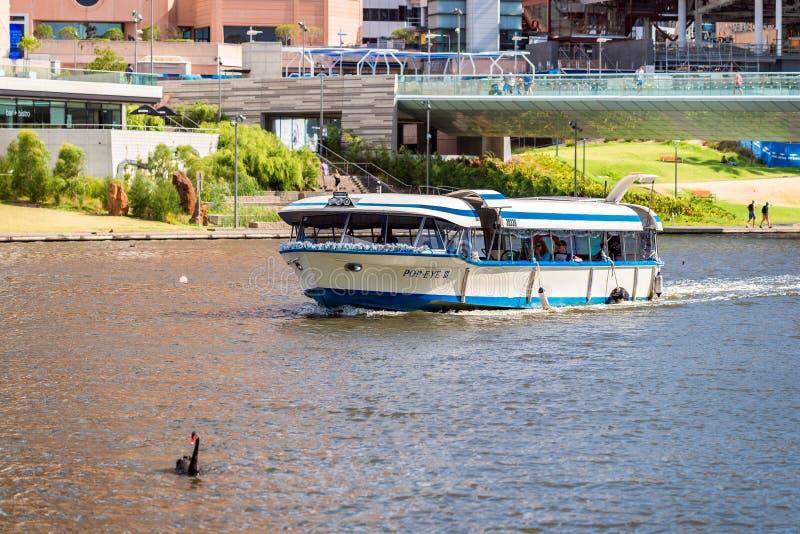 Βάρκα με τους ανθρώπους στον ποταμό Torrens στοκ φωτογραφία με δικαίωμα ελεύθερης χρήσης