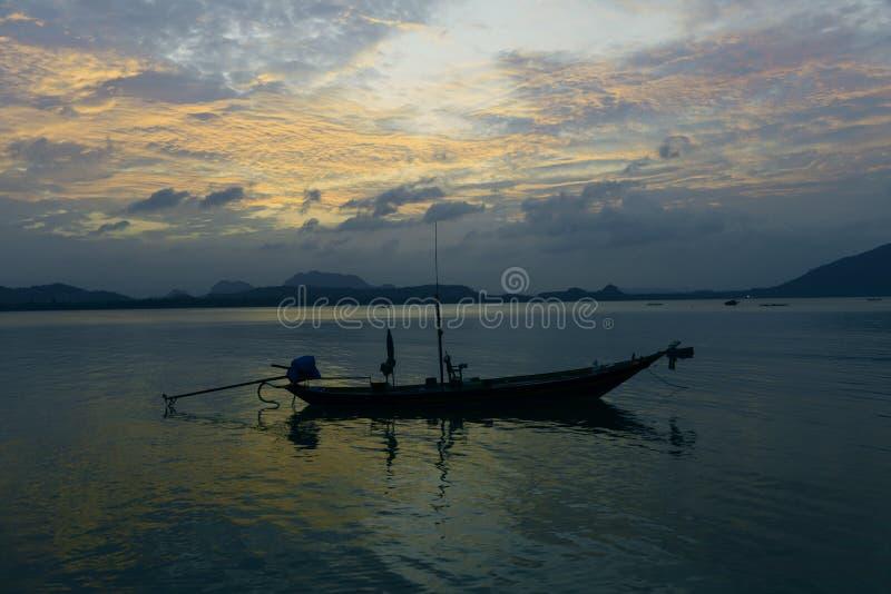 Βάρκα με το ηλιοβασίλεμα στοκ εικόνες με δικαίωμα ελεύθερης χρήσης