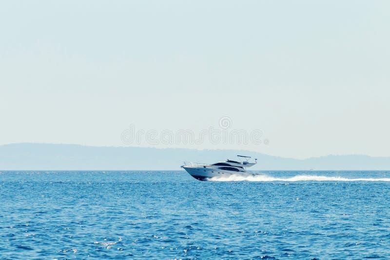Βάρκα μηχανών πολυτέλειας που ταξιδεύει στην μπλε θάλασσα, θερινές διακοπές στοκ φωτογραφίες