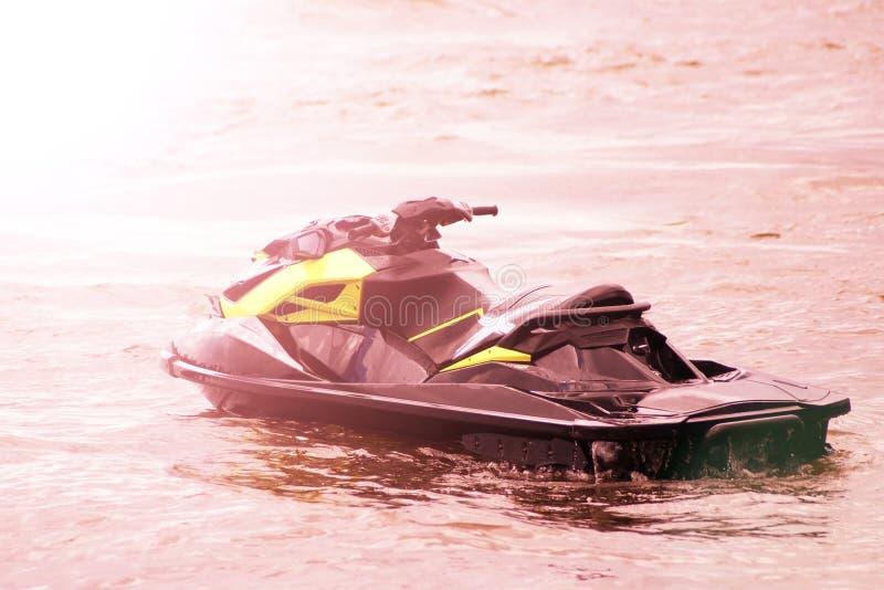 Βάρκα μηχανών πολυτέλειας, όμορφο ηλιοβασίλεμα στοκ φωτογραφίες με δικαίωμα ελεύθερης χρήσης