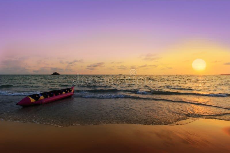 Βάρκα μπανανών στην παραλία στο ηλιοβασίλεμα στοκ φωτογραφίες