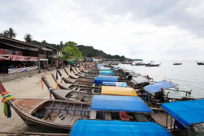 Βάρκα ουρών Loang Phi Phi στο νησί στοκ φωτογραφία