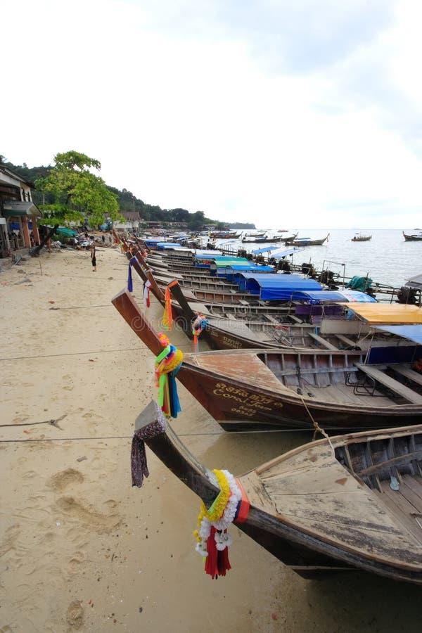 Βάρκα ουρών Loang Phi Phi στο νησί στοκ φωτογραφίες με δικαίωμα ελεύθερης χρήσης