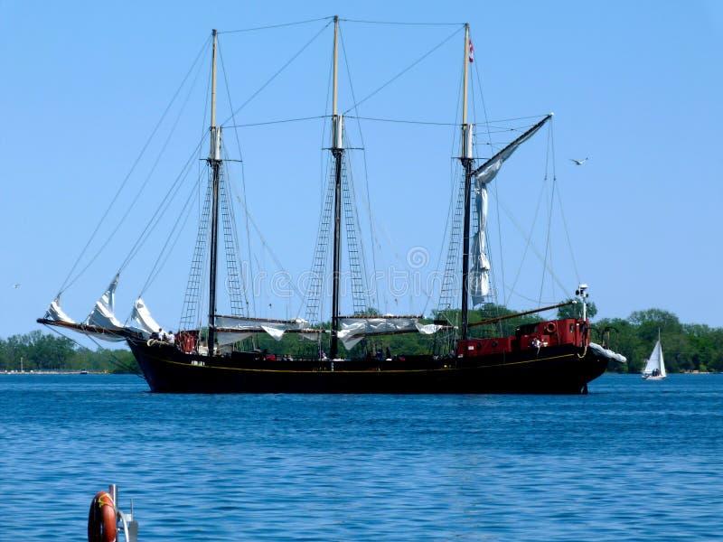 Βάρκα πανιών ή schooner με τρεις ιστούς στη λίμνη Οντάριο στο λιμάνι του Τορόντου στοκ εικόνα