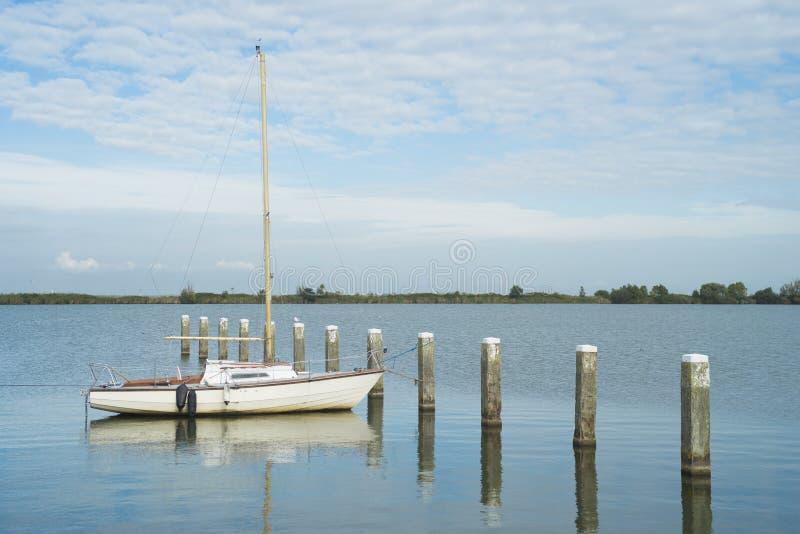 Βάρκα πανιών που δένεται στοκ εικόνες με δικαίωμα ελεύθερης χρήσης