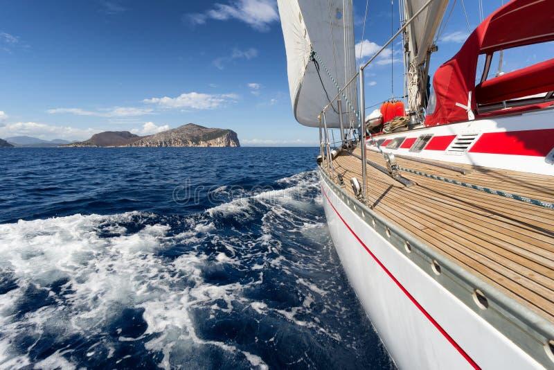 Βάρκα πανιών στην ακτή της Σαρδηνίας, Ιταλία στοκ φωτογραφία