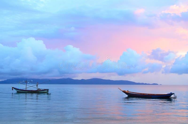 Βάρκα πανιών στον όμορφο ουρανό χρώματος ανατολής στοκ εικόνες