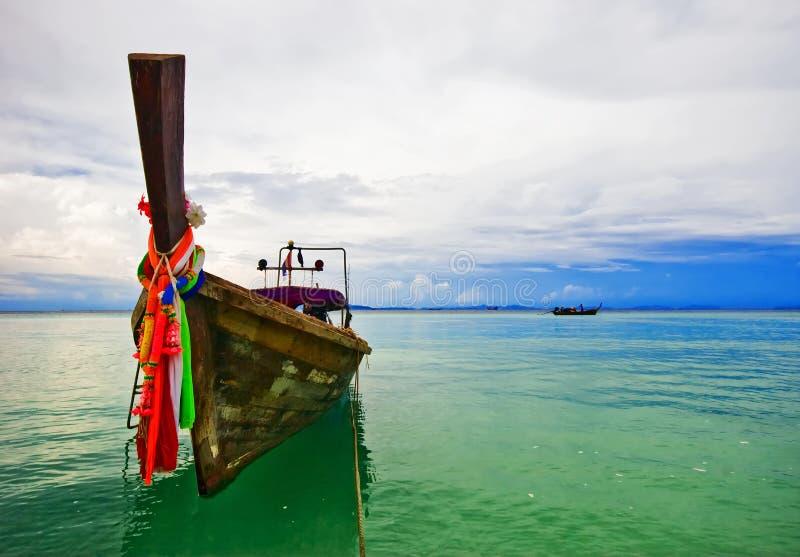 βάρκα παραλιών πλησίον στοκ εικόνα με δικαίωμα ελεύθερης χρήσης