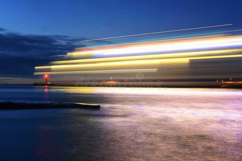 Βάρκα πολυτέλειας στην κίνηση στη θάλασσα της Βαλτικής Το όμορφο ηλιοβασίλεμα πέρα από κερδίζει στοκ εικόνες