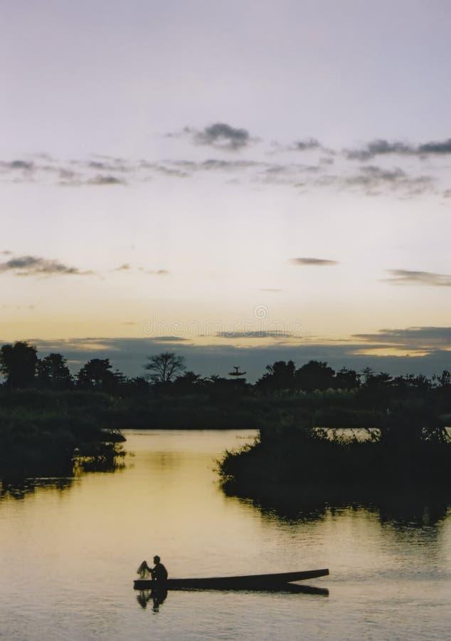 βάρκα που αλιεύει το λυκόφως ποταμών του Λάος mekong στοκ εικόνες