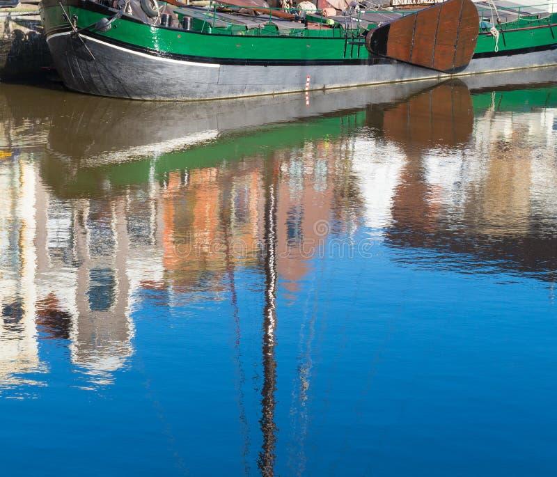Βάρκα που απεικονίζεται στο νερό στοκ εικόνα