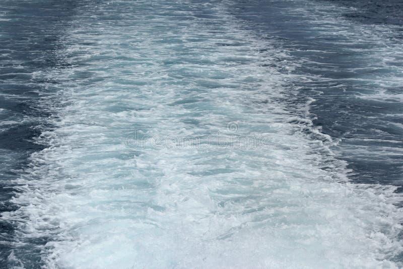 Βάρκα που αφήνει τα ίχνη νερού στη θάλασσα στοκ φωτογραφίες