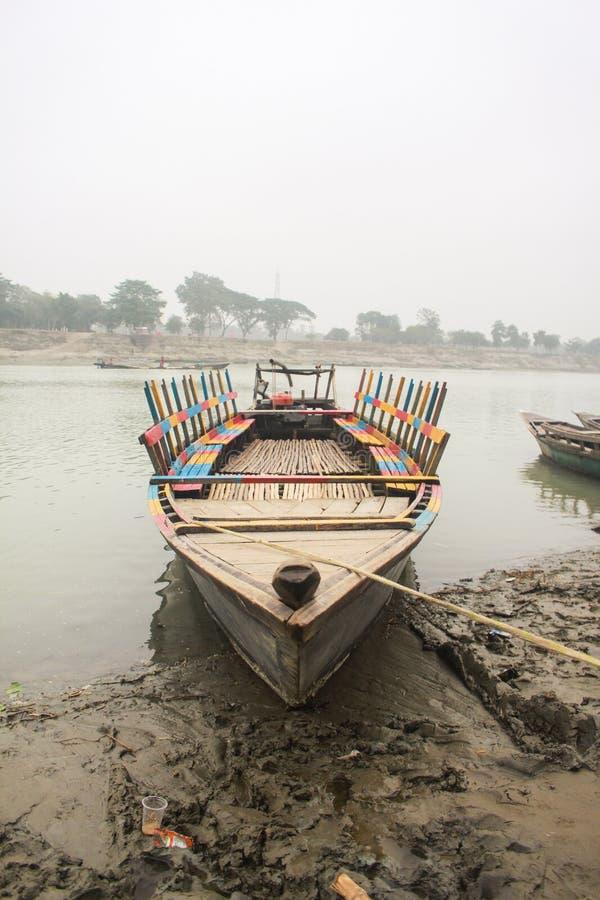 Βάρκα που επιπλέει πάνω από τον ποταμό Brahmaputra στο Mymensingh στοκ εικόνα