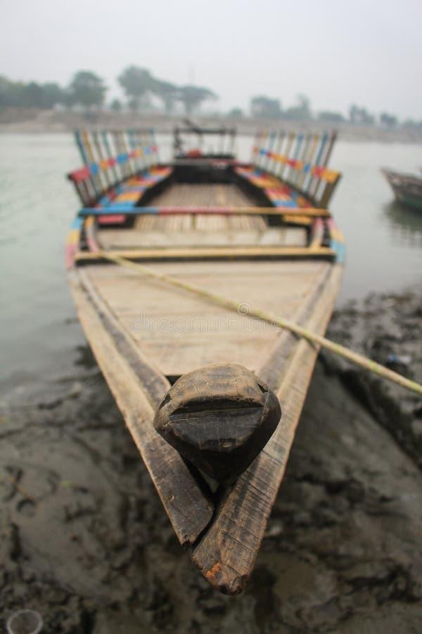 Βάρκα που επιπλέει πάνω από τον ποταμό Brahmaputra στο Mymensingh στοκ φωτογραφίες