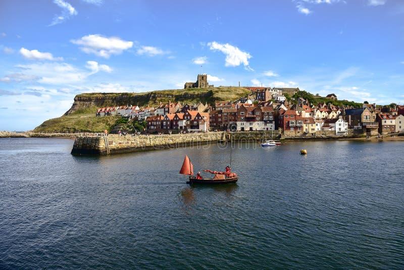 Βάρκα που επιστρέφει στο λιμάνι Whitby στοκ εικόνα με δικαίωμα ελεύθερης χρήσης