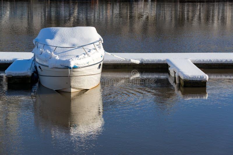 Βάρκα που καλύπτεται στο χιόνι στοκ φωτογραφία με δικαίωμα ελεύθερης χρήσης